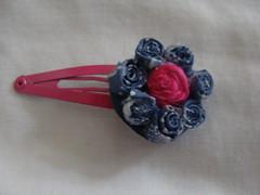 PINCHE CON FLOR FUXICO Y PLUMA (PAREMI) Tags: flor fuxico pluma pelo tela tecido pinche kanzashi