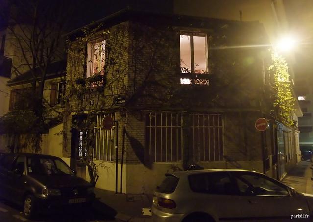 Maison parisienne couverte de lierre