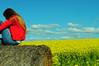 maga en colores (nachoizu) Tags: mujer rojo chica amarillo cielo nubes rubia cielos camioneta fardo balcarce colza sierreas estanciera