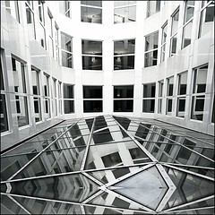 geometria asimmetrica (* onda *) Tags: windows reflections geometry sharing udo asymmetry justimagine universitàbocconimilano