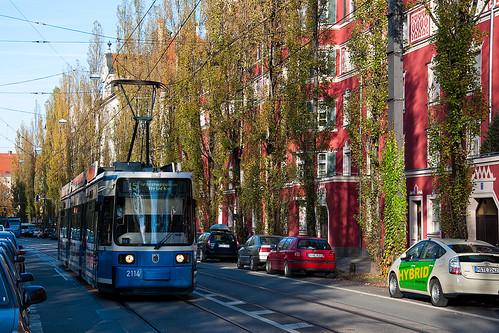 Herbstlich ist es, als Wagen 2114 vom Regerplatz kommend in Richtung der Großhesseloher Brücke fährt