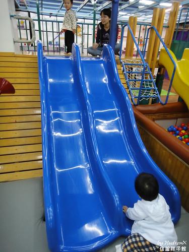 有很多組溜滑梯可以玩