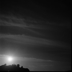 (...storrao...) Tags: sunset pordosol blackandwhite bw 6x6 film portugal silhouette mediumformat river boat holga pb porto douro analogue filme pretoebranco 120mm analgico holgagraphy selfdeveloped ilfordfp4 onfilm ilfordilfotechc film:brand=ilford film:iso=125 storrao sofiatorro developer:brand=ilford film:name=ilfordfp4125 developer:name=ilfordilfotechc mareevisitingporto filmdev:recipe=6139