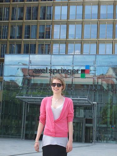 Praktikantin Tatjana Sochowski vor dem Haupteingang des Axel - Springer Hauses