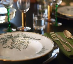 Klassiskt med en twist (4)_thumb[1] (mscott218) Tags: green gold design interiors interior dining interiordesign entertaining tablescape hem skona