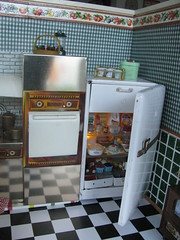 The fridge (Retro Mama69) Tags: toys dollhouse greenkitchen retrokitchen rementminiatures metalkitchen miniaturekitchen kitchendollhouse collectionminiatures kitchendiorama vintagetintoykitchen kitchenroombox superiortcohnkitchen superiorkitchentoy