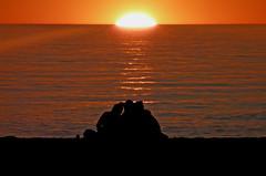 Confidencias al atardecer (JuanJRuiz) Tags: girls sunset sea espaa sun sol contraluz atardecer mar spain espanha andalucia granada reflexions espagne ocaso reflejos salobrea confidencias irwell115