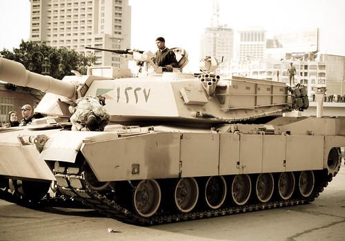 [フリー画像] 乗り物, 軍用車両, 戦車, 社会・環境, 政治, エジプト, デモ活動, 201102072300