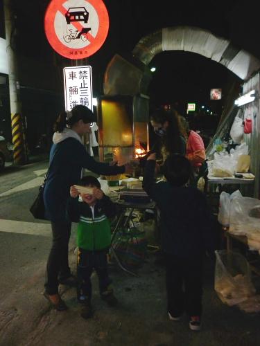 成仁街和民族路口的烤玉米001