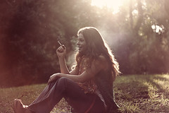 (Desdibujndote) Tags: wood light portrait sun luz sol grass forest retrato cigarette smoke paloma pasto bosque laugh laughter humo risa cigarrillo reir canonxs desdibujndote