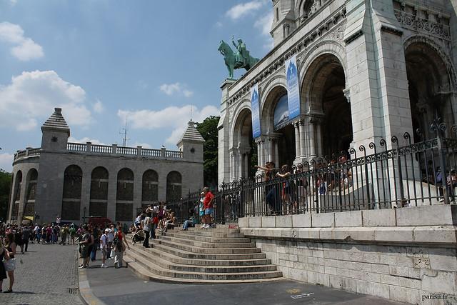 Marches devant l'entrée du monument