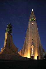 Hallgrmskirkja church and Leif Erikson statue, Reykjavik, Iceland (joelmetlen) Tags: travel church statue iceland nikon reykjavik hallgrmskirkja leiferikson joelmetlen yahoo:yourpictures=europeanmonuments
