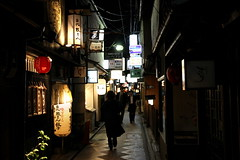 Paths cross on Pontocho alley (Marquisde) Tags: street silhouette japan night dark japanese lights alley kyoto streetphotography lane 7d lanterns pontocho canonefs1585mmf3556isusm