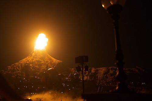 爆発するプロメテウス火山