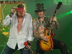 Guns'n'Roses live in Paris 2010 (Metal Traveller) Tags: music rock metal concert rockstar live bercy popb diva axl gunsnroses gnr axlrose gunsroses