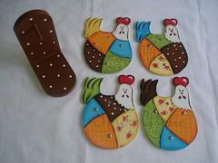 galinhas descanso panelas (Imer atelie) Tags: galinha minas artesanato bolinhas patchwork artes decorao mesa cozinha pintura mdf uberaba galinhas coloridas cocorico cocs portapanelas imeratelie descansopanelas