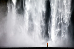 Waterfall shower (Skgafoss - Iceland) (Kiko Yera) Tags: fall water composition canon shower eos waterfall iceland islandia 5d foss cascada skogar skgarfoss skogarfoss supershot 5dmkii flickraward5 topsevengroup flickrawardgallery 87098372