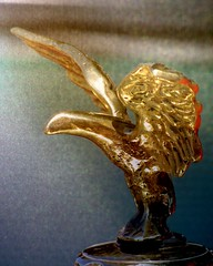 wings (overthemoon) Tags: bird texture car vintage schweiz switzerland automobile suisse mascot svizzera hoodornament vevey vaud romandie imagepoésie ariès veveyretro veveyrétro veveyretro2010