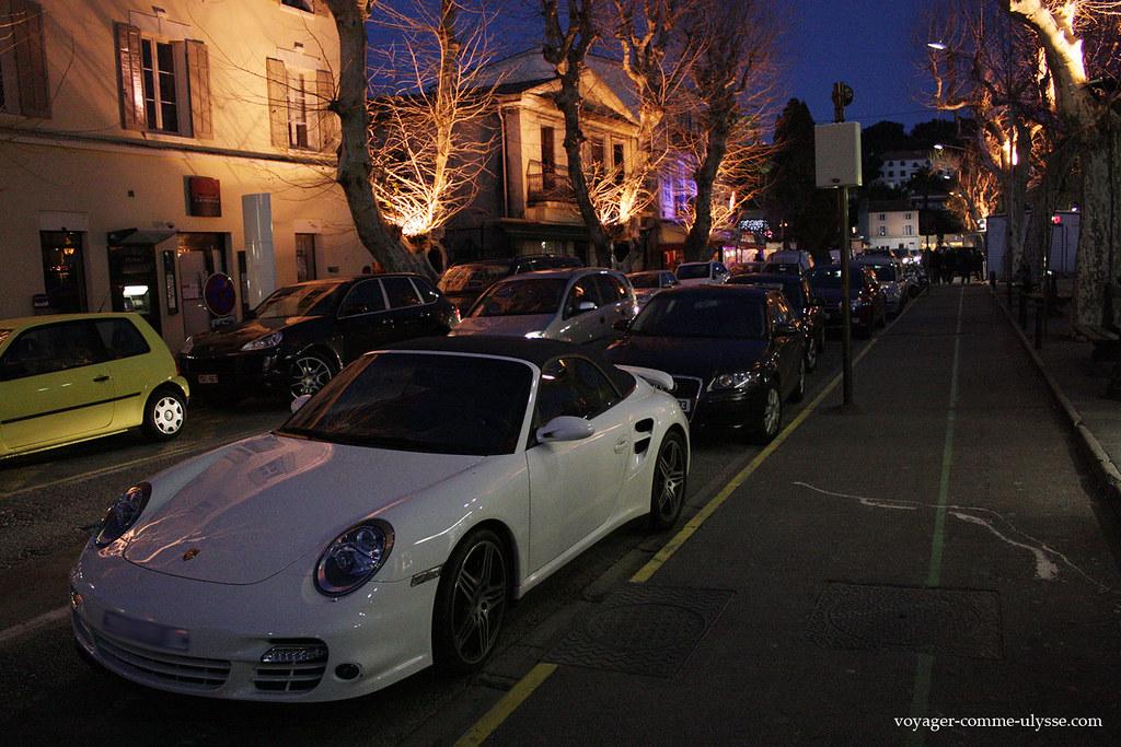 Une Porsche, garée dans la rue