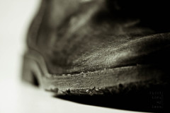 boot (light thru my lens) Tags: blackandwhite black macro blancoynegro canon botes boots negro sola negre botas blancinegre thesebootsaremadeforwalking nancysinatra suela bso wormview lvm wormsview eos450d canon100mmf28usmmacro lavueltaalmundo lightthrumylens avistadegusanito cámaraenelsuelo