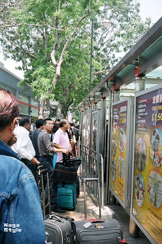 バスを待つ人々