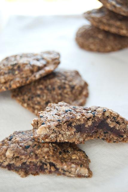 Biscotti al sesamo nero ripieni di azuki
