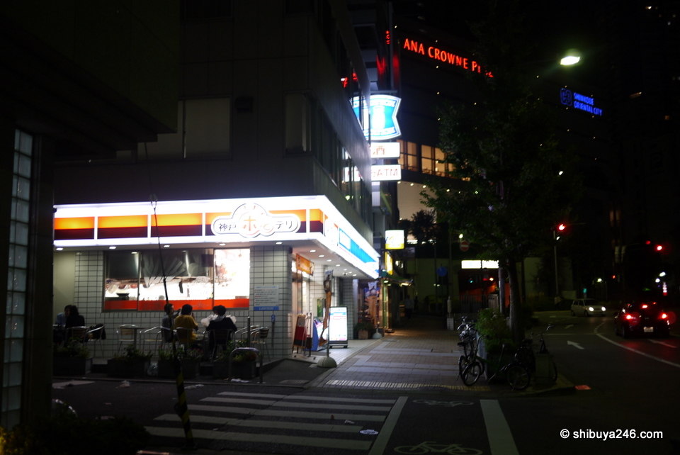 This Lawson in Kobe had a special section for hot deli foods. People were buying food and eating outside. Great idea