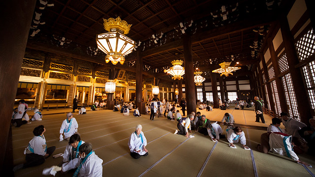 Higashi Hongan-ji tatami cleanup : Kyoto, Japan / Japón