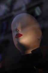 (Livietta) Tags: portrait mannequin florence fear spy firenze dummy vetrina 90 ritratto 34 valentino alieni threequarters paura spia alins manichino trequarti