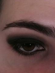 Halloween: olho bem escuro c sombra preta cinza e marrom (depois mostro os produtos no blog)