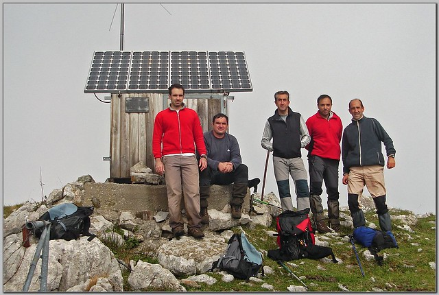 90.- Fotografía del grupo en la cumbre del picu La Llambría (de izquierda a derecha
