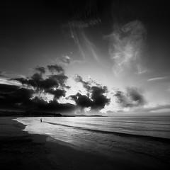 Baignade matinale (Eric Frey84) Tags: mer noir nuage blanc matin carr rivage aube baigneur