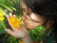 Encontro de duas flores (Zalan88) Tags: interior flor jardim garota cheirando camet