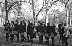 (JudyGr) Tags: school sculpture london photographers kensingtongardens guesswherelondon londonguessed anishkapoor outing londonist gwl guessedbytrailerfullofpix ccurve