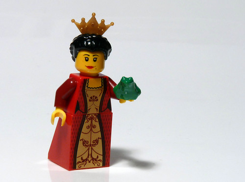 7952 - 2010 Kingdoms Advent Calendar - Day 7 - Queen with Frog