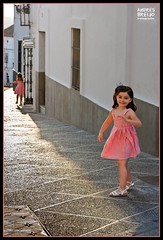 La esencia del Sur (Andres Breijo http://andresbreijo.com) Tags: street girls espaa playing girl canon town calle spain play pueblo andalucia nia cadiz medina jugar sur alegria sonrisa nias andres jugando pueblosblancos puebloblanco 450d canon450d sidonea breijo andresbreijo httpandresbreijocom