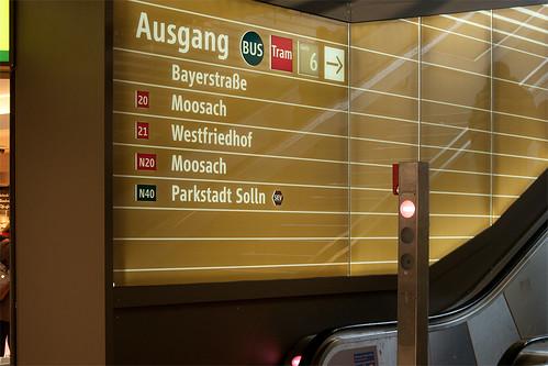 Wegleitsystem am Stachus, hier Ausgang Bayerstraße (Tram 20/21)
