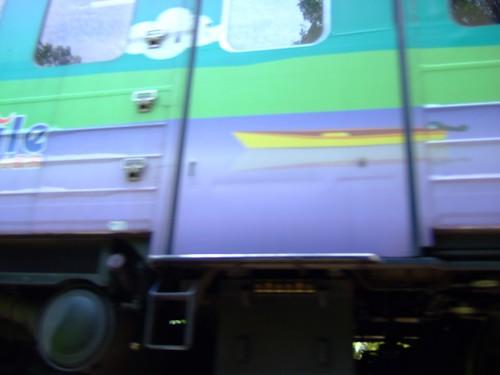 走到一半,小椰子懼高症發作,我拉著她走,卻聽到火車的鳴笛聲。難道新聞上說遊客被火車輾斃的新聞真的會發生嗎?!快走!小椰子!!!!!