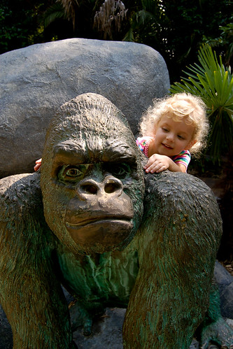 090510_gorilla_statue.jpg