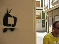 me hablo la television (maximorgana) Tags: wood brazil green window sunglasses sign fotosencadenadas yellow walking tv stencil cross traffic 10 balcony tshirt persiana pharmacy chemists tuberia agarradera bandolera abrazadera