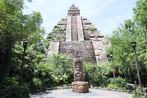 インディ・ジョーンズ ピラミッド内部。 スタンバイの場所に、光る物があります。 どういういわ..