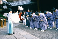 """Otsukarasama desu!"" (troutfactory) Tags: film festival japan 35mm religious traditional voigtlander bessa religion ceremony rangefinder  priest analogue superia400 shinto kansai yasakashrine bowing   purification  gionfestival ultron gionmatsuri  yasakajinja r2a kannushi  closingprayers"
