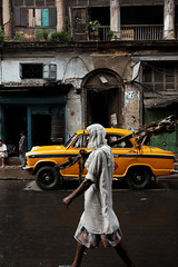 Keeping the place dry (Olivier Th) Tags: auto voyage old trip travel summer vacation people india man men car rain yellow jaune canon season eos photo asia cab taxi indian colonial reporter culture pluie august voiture rainy monsoon british indians asie ambassador été hindu kolkata bengal indien personne thao calcutta façade hommes colony bangla homme gens vieille inde reportage ancienne bengali saison mousson indiens colonie britannique frontage bangali indienne भारत republicofindia moonson journalisme coloniale bangal indiennes photoreportage pluies colorphotoaward गणराज्य bhārat ganarājya