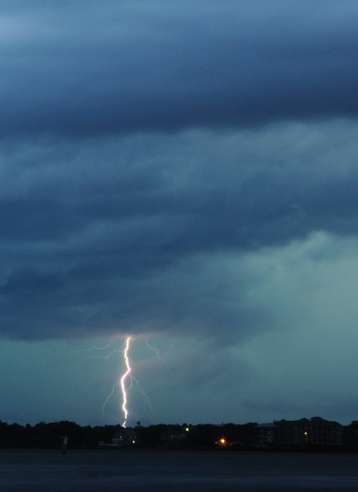 web_stormcapecanaveral_lightningbolt_0214_2904