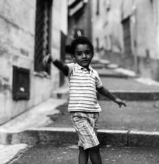 São Paulo in San Remo (Buldrock) Tags: film kodak tmax hasselblad 100 sanremo bambino 500cm pellicola fuorifuoco carrugi lapigna sfuocatapeccato quartierevecchio mihafattocapirechevolevaatuttiicostiunafotografia manonstavafermounattimo lapostocomunqueperlasimpatiadiquestobambinomihafattomoriredalridere