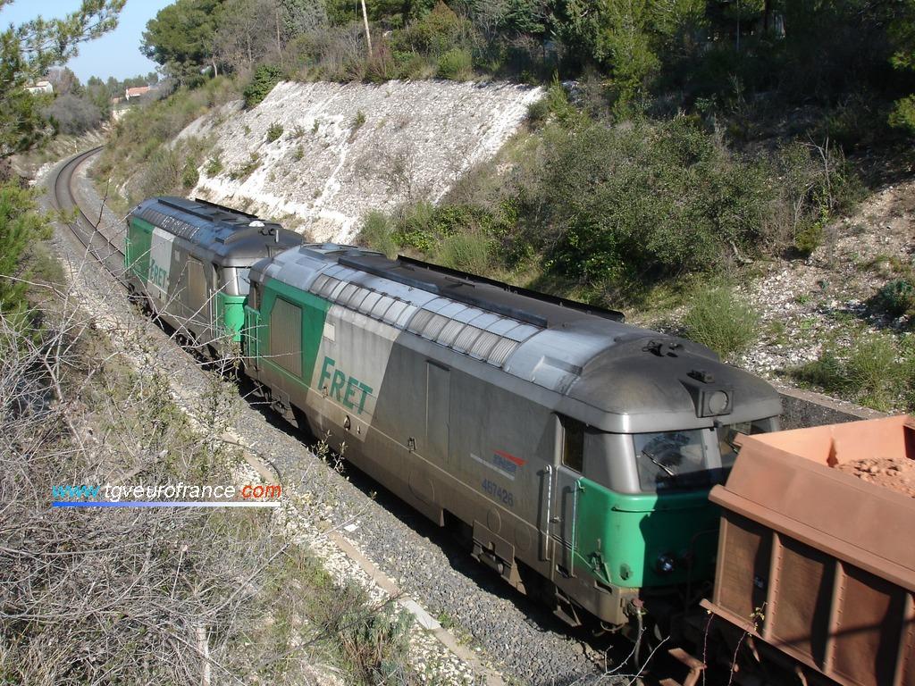 Deux locomotives thermiques BB 67400 FRET SNCF en UM sont en pousse de ce très lourd train de marchandises.