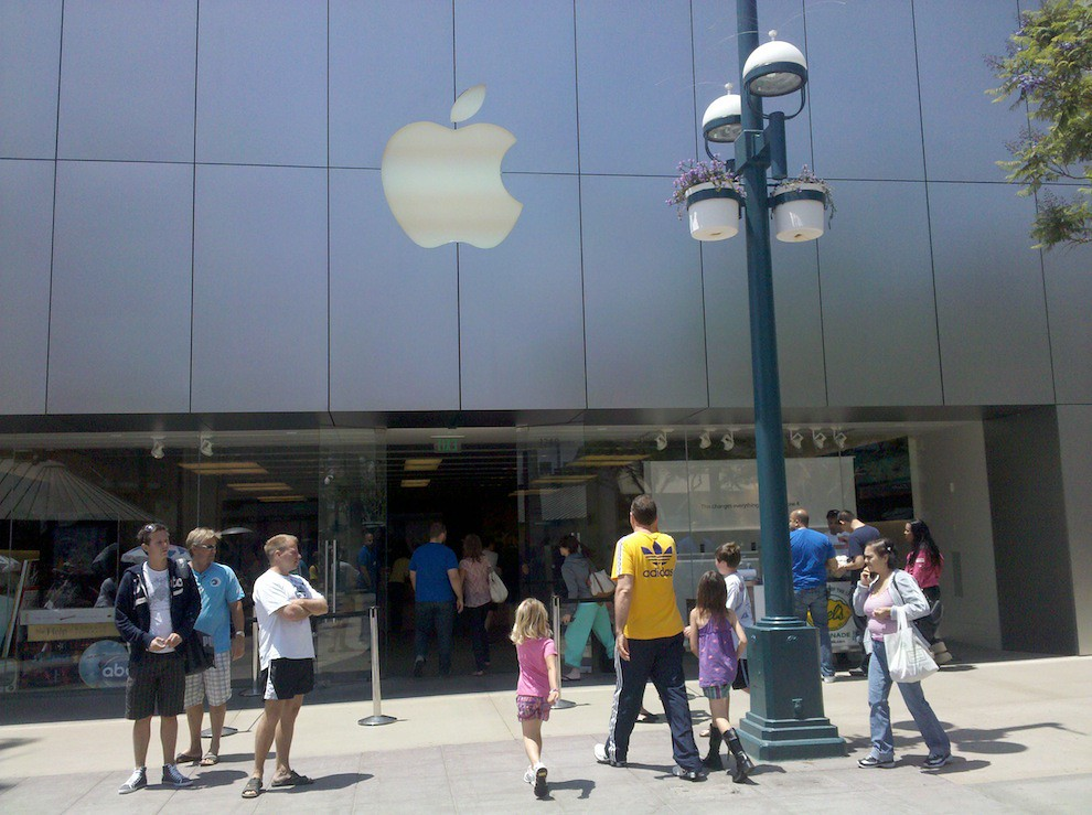 Clients entering the Apple store on 3rd street, Santa Monica, CA