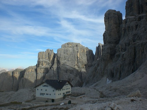 Pisciadu Hütte (2.585m) mit Bergsee