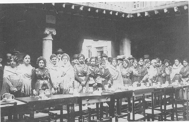 Reunión de mujeres en la Posada de la Sangre hacia 1920. Fotografía de Pedro Román Martínez
