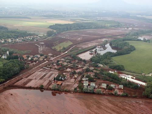 En lodo rojo tóxico inunda Kolontar, Hungría.